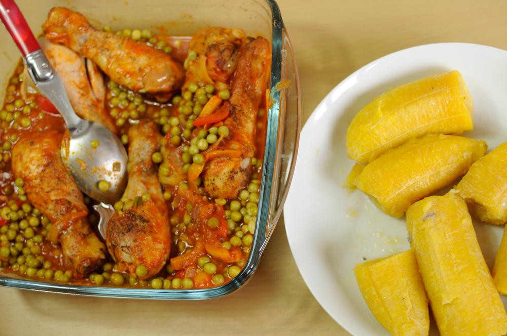 Faites-vous plaisir avec notre recette de pilons de poulet, aux petits pois bananes plantains