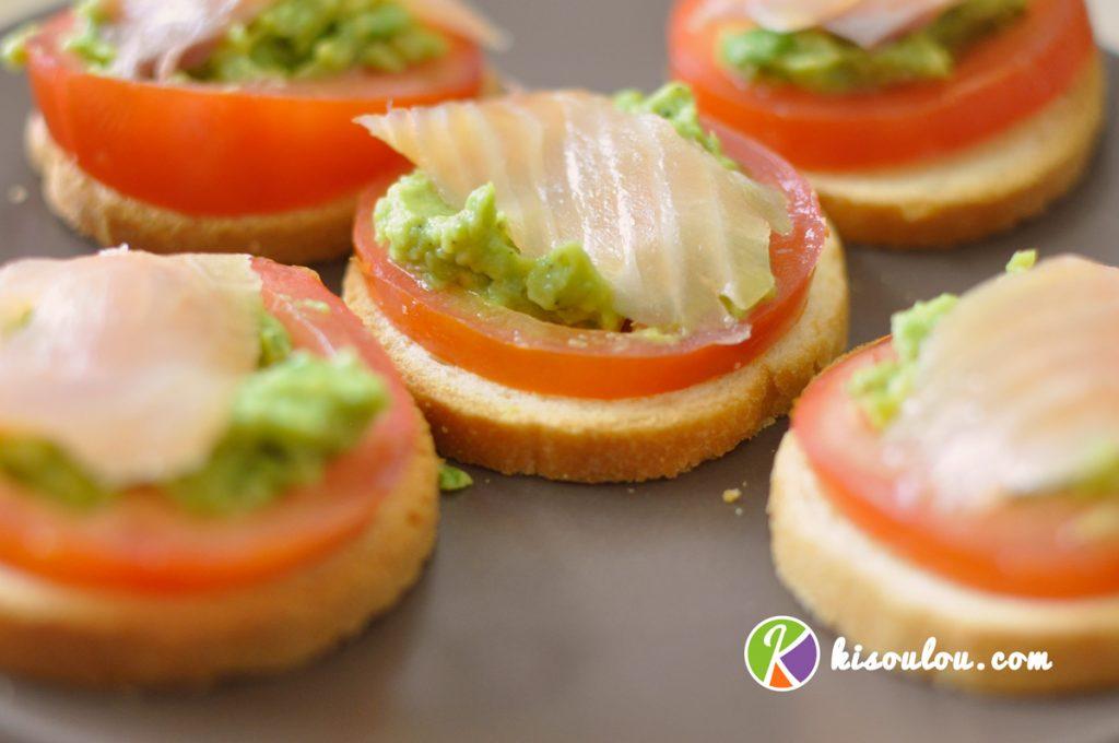 Savourez toast canapé au saumon fumé tomate avocat