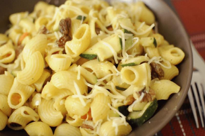 Savourez notre recette végétarienne de pâtes aux courgettes, au mélange de noix, raisins, noisettes, amandes blanchies, noix de cajou
