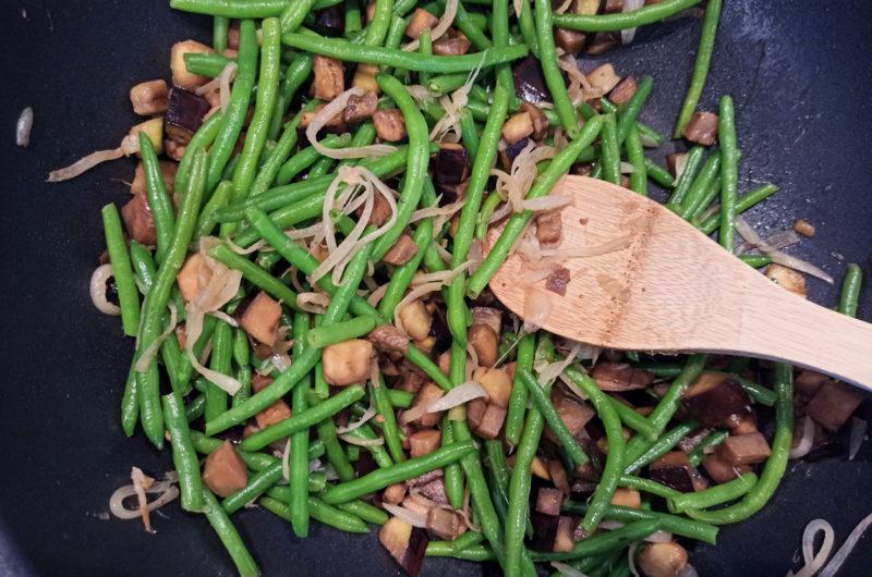 Une poêlée de légumes rapide avec seulement 3 ingrédients : aubergine, haricots verts, oignon