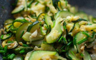 Craquez pour cette poêlée de légumes sautés aux courgettes ! Une poêlée de courgettes délicieuse