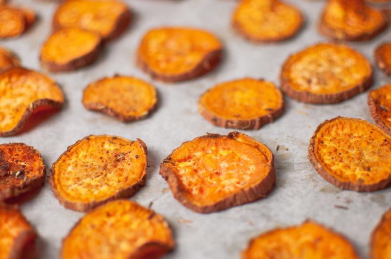 Chips croustillantes maison de patates douces au four