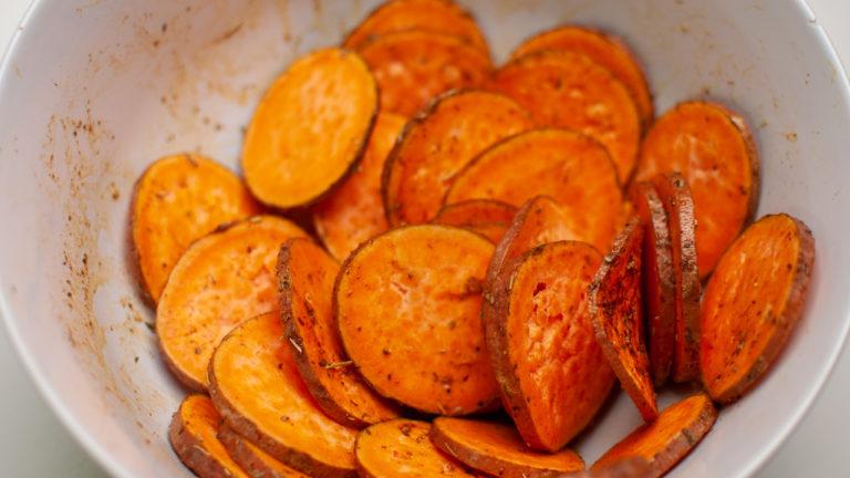Mélange chips maison de patates douces au four