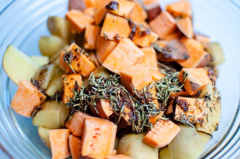 Assaisonner vos patates douces et vos pommes de terre - Recette patates douces et de pommes de terre roties au four - Kisoulou
