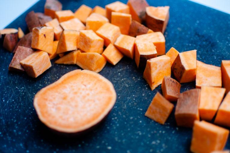 Couper la patate douce en morceaux de taille moyen - Recette patates douces et de pommes de terre roties au four - Kisoulou