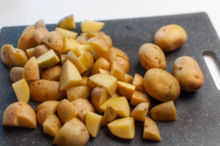 Couper vos pommes de terre en morceaux de taille moyen - Recette patates douces et de pommes de terre roties au four - Kisoulou.jpg
