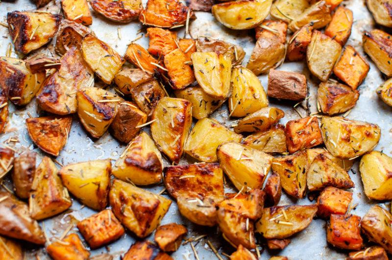 Des Patates Douces et des Pommes de Terre Rôties au Four. Régalez-vous !