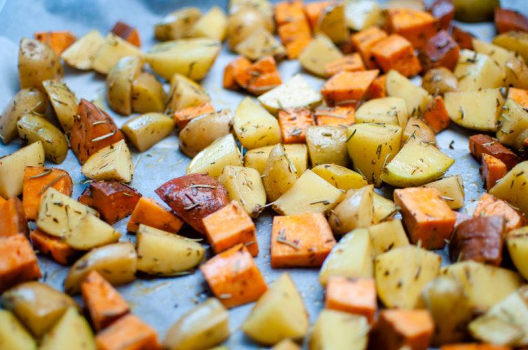 Patates douces et pommes de terre prêt pour être enfournées - Recette patates douces et de pommes de terre roties au four - Kisoulou