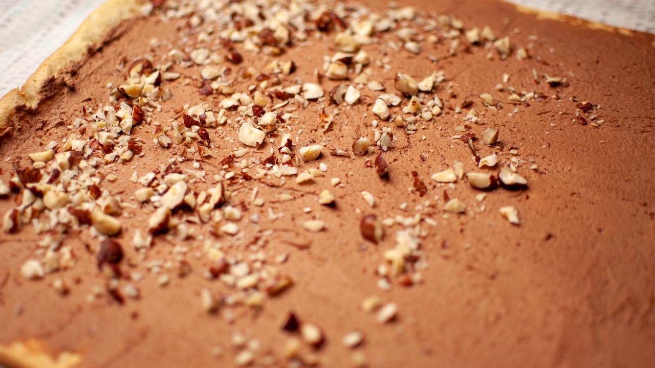 Rajouter les noisettes émiettés - Bûche de Noël Chocolat Noisettes Maison
