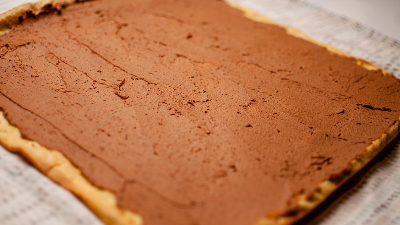 Tartiner le biscuit avec la Ganache - Bûche de Noël Chocolat Noisettes Maison.